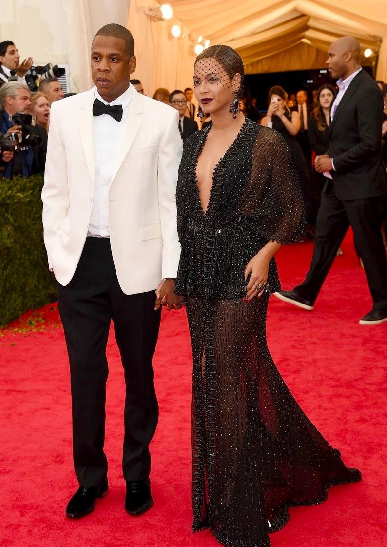 Apontado por muitos como um dos casais mais influentes da atualidade, Jay-Z e Beyoncé não decepcionaram. No caso específico do rapper e empersário, ele acertou em combinar peças discretas e simples com o smoking branco.