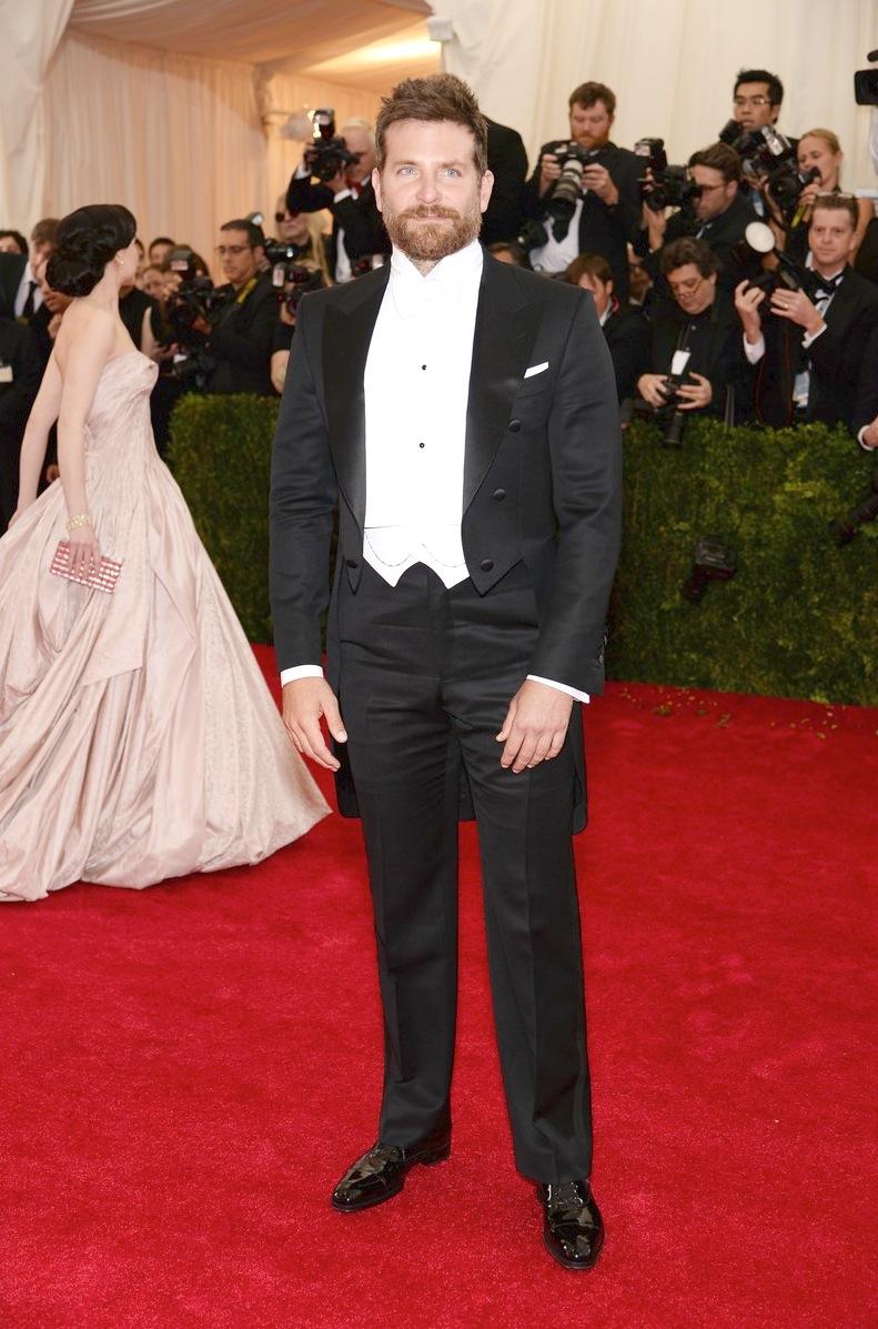 Bradley Cooper tem se tornado uma garantia de figurinos certeiros em ocasiões como essa. Na noite de ontem não foi diferente. Com um clássico fraque de colete e gravata brancos, Mr. Cooper mais uma vez se saiu muito bem.