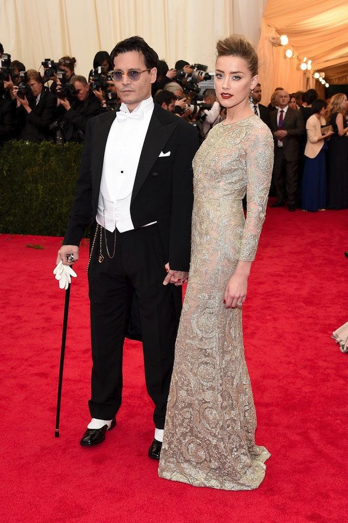 Johnny Depp sendo Johnny Depp: bengala, correntes e um sapato pra lá de chamativo. Em qualquer outra circunstância, diríamos aqui que trata-se de uma overdose de acessórios desnecessários. Não quando se trata de quem os veste. Ousado? Sim, mas não para Johnny Depp.