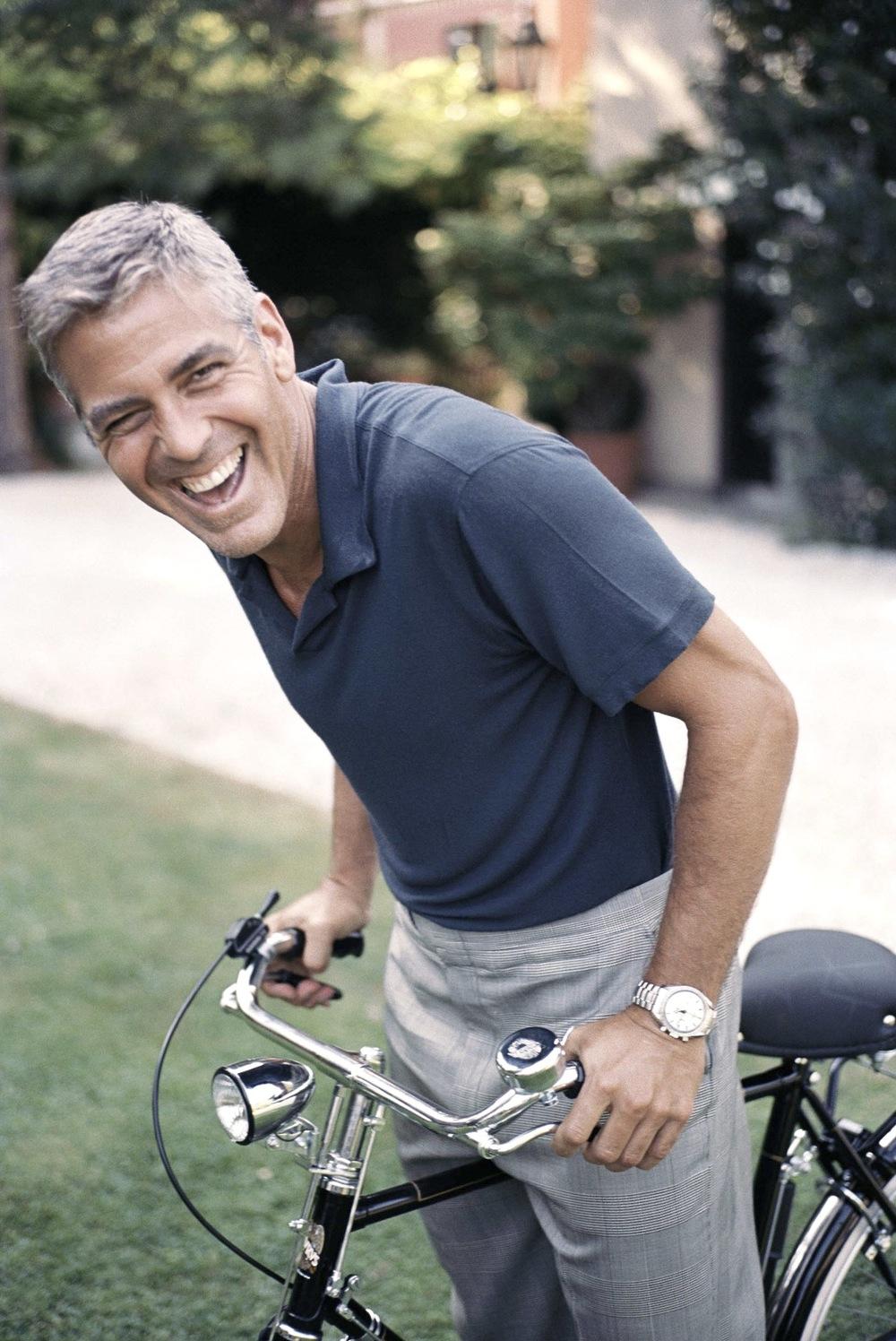 Sim, senhoras e senhores,  George Timothy Clooney completa 53 anos hoje. Um ícone incontestável da moda masculina. A moda masculina clássica, tradicional e que nunca sai de moda. Ao longo da sua movimentada carreira, Clooney atuou, dirigiu, produziu e escreveu diversos filmes e até seriados. Ao mesmo tempo que luta por causas humanitárias de grande importância. Tudo sem perder o charme e a elegância dignos de um verdadeiro astro do cinema. Ele é o Cary Grant dos nossos tempos, um mestre da arte de se vestir com simplicidade e bom gosto, que pode sair na rua de camiseta básica e calça jeans que estará bem vestido. Parabéns, George.