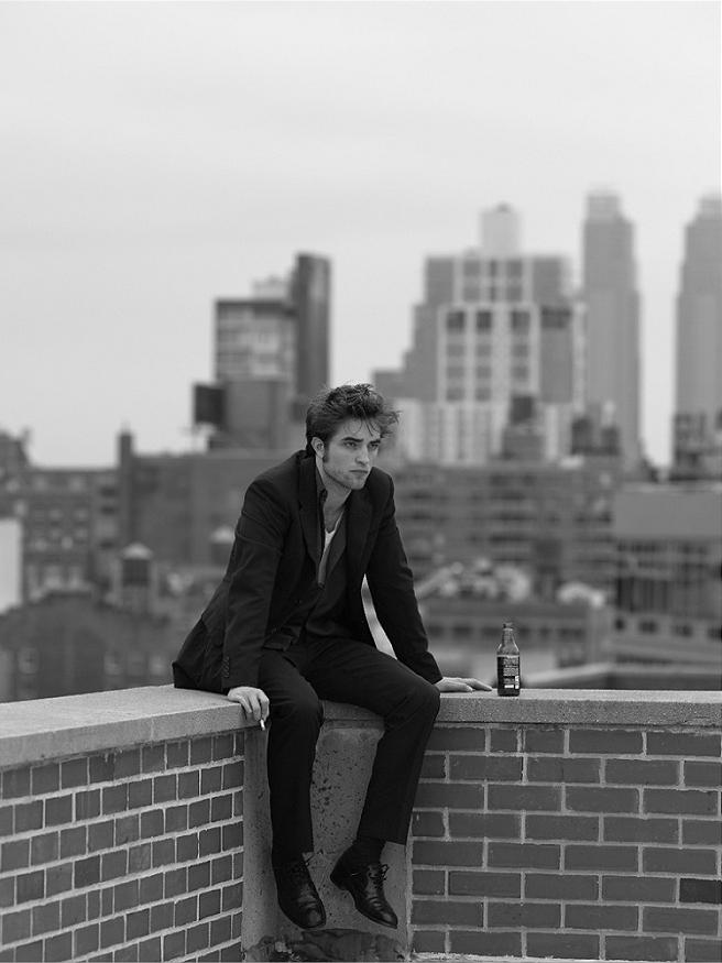 """Robert Douglas Thomas Pattinson, ou Edward Cullen - o vampiro mais famoso (e chato) do século 21 sopra 28 velhinhas na data de hoje. E apesar da fama e culto exagerados devido ao seu papel na """"Saga Crepúsculo"""", Robert consegue se esquivar muito bem. Aos 28 anos e beirando o desleixo, com roupa largadas, cores discretas e até desbotadas, o londrino é um dos maiores ícones de estilo dos últimos anos, tendo suas habilidades com as roupas lhe colocado em diversas listas de mais elegantes ao redor do planeta. Qualidades admiráveis para uma estrela que vive sob o holofote de paparazzis e adolescentes enlouquecidas."""