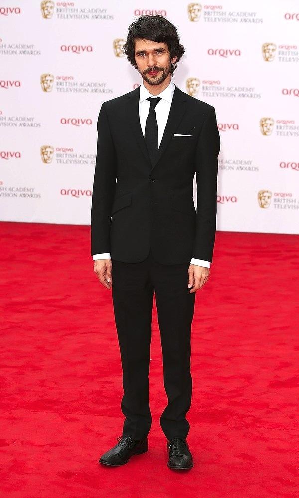 """Ben Whishaw, premiado pela extinta e elegante série """"The Hour"""", vestiu um discreto e elegante terno preto e branco. Tudo no devido lugar, incluindo um delicado lenço branco que faz toda diferença."""