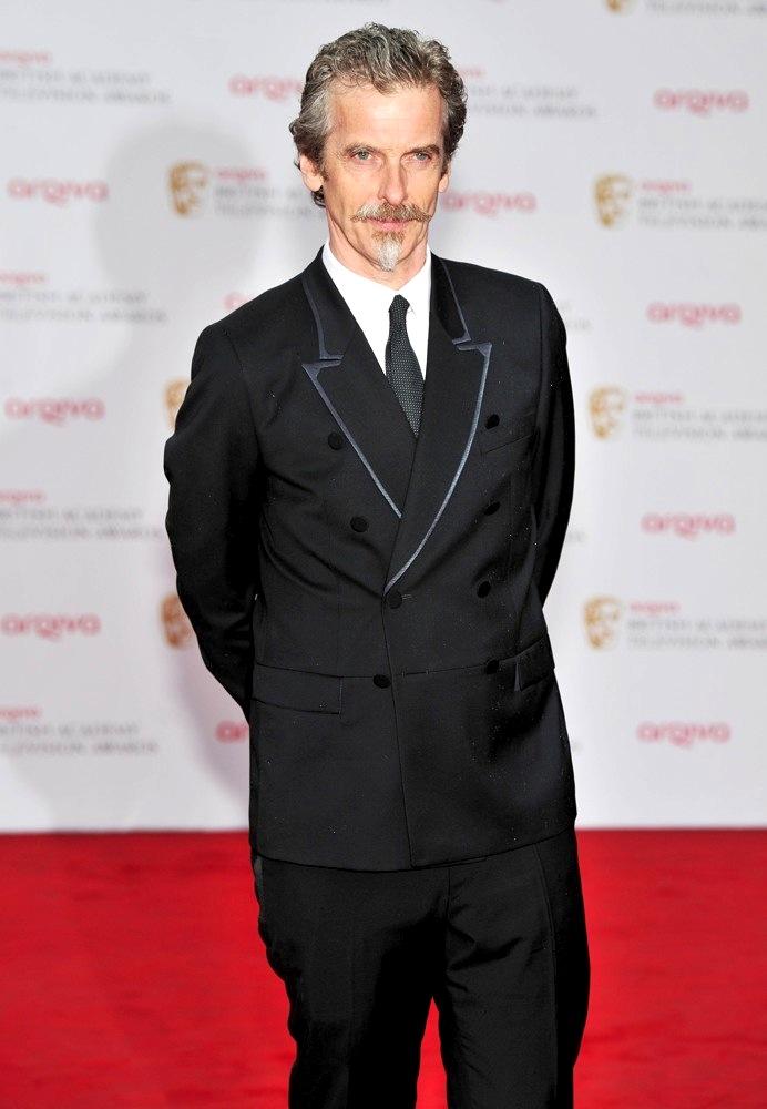 O veterano Peter Capaldi mostrou destreza na hora de cultivar um cavanhaque à lá D'Artagnan. Faltou só o mesmo capricho para escolher o blazer de abotoamento duplo, que pecou nos detalhes chamativos da lapela.