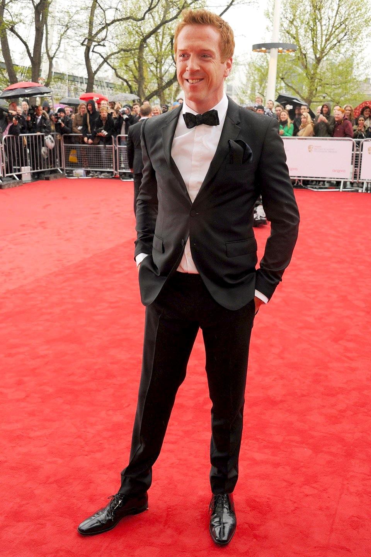 """Tido por muitos como um dos homens mais bem vestidos do Reino Unido atualmente, Damian Lewis, mais uma vez, não decepcionou. O astro de """"Homeland"""" escolheu um smoking discreto, com um elegante lenço preto no bolso. Perfeito."""
