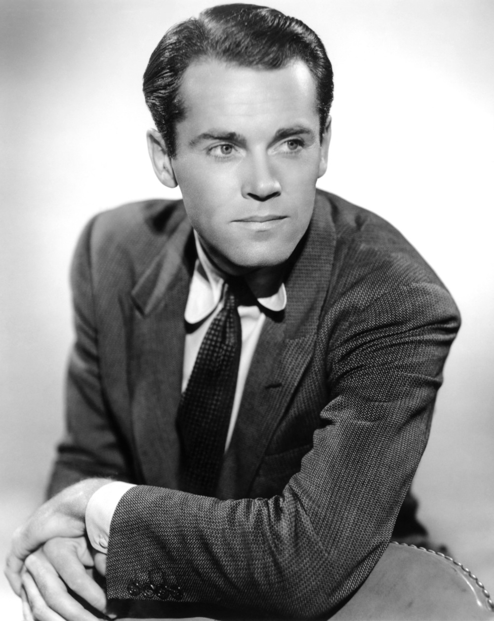 Não é muito seguido que podemos afirmar aqui que um mito está de aniversário. Hoje é um desses dias. Henry Fonda (falecido há 32 anos) é daqueles atores que todo mundo reverencia, todo mundo concorda ser um dos maiores da história. Mais do que Jack Nicholson, Robert Deniro ou Al Pacino, Fonda está ao lado de gente como James Stewart eHumphrey Bogart. E como qualquer um desses nomes aí citados, Henry Fonda foi também um ícone do estilo masculino. Um verdadeiro monstro, que hoje completaria 109 anos de vida.