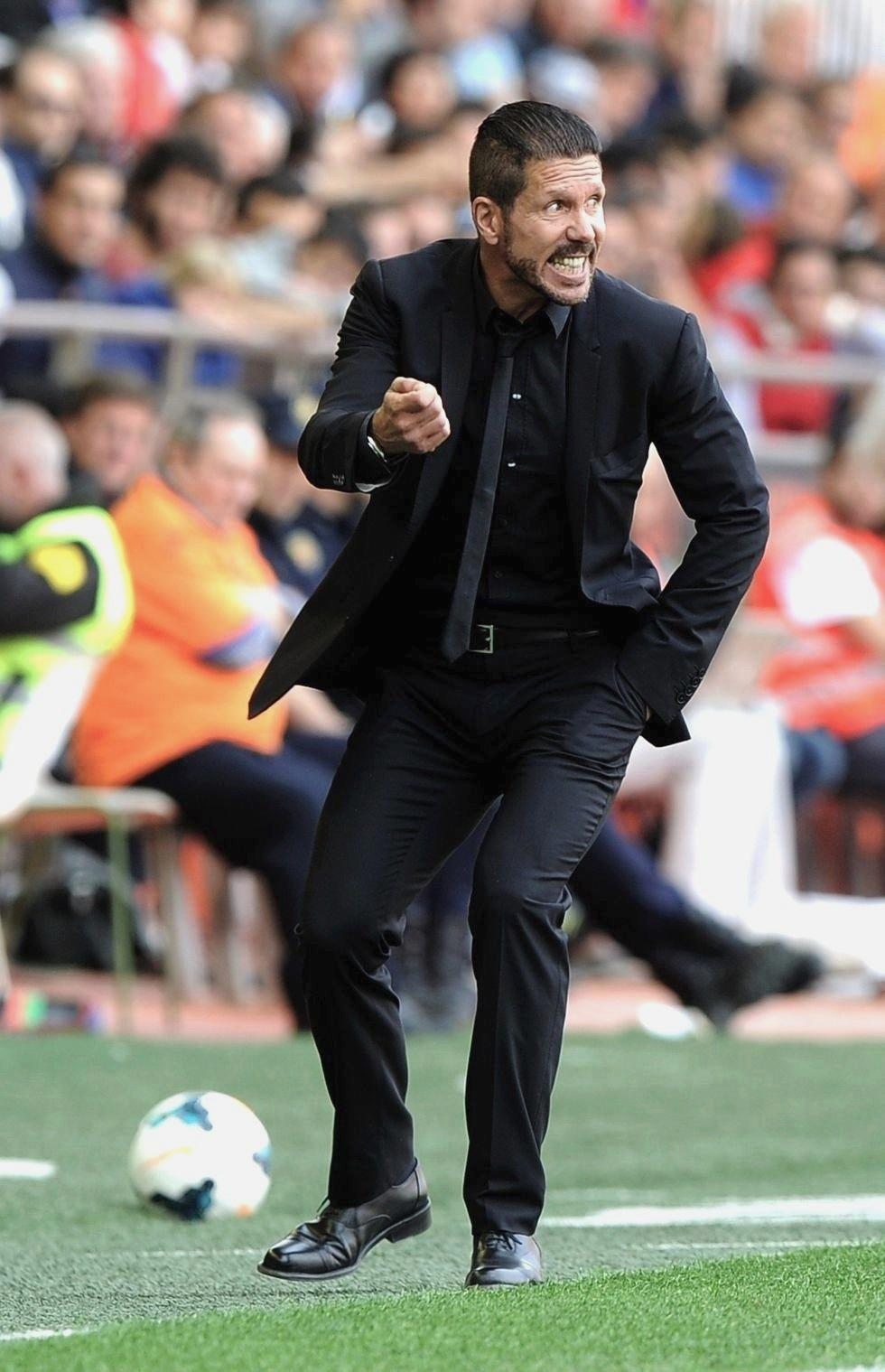 Quem poderia prever que aquele doido e agressivo volante apelidado de 'El Cholo', se tornaria um exemplo de elegância fora de campo. Com ternos caprichados e muita classe,Diego Simeone não nos faz lembrar o ex-camisa 8 da Argentina.