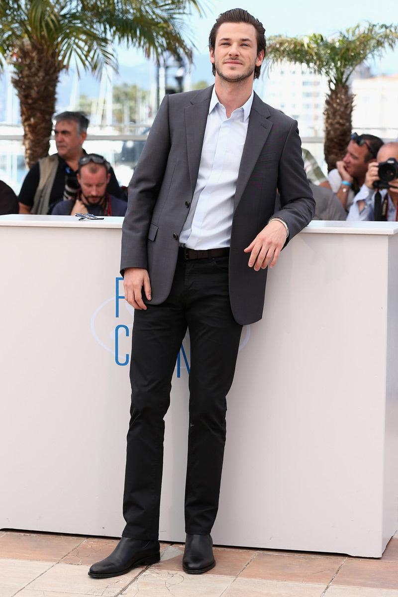 Viver Yves Saint Laurent na telona não é pouca coisa. Ainda mais no quesito estilo. O francês Gaspard Ulliel mostrou a elegância francesa de sempre para representar o estilista no cinema e no tapete vermelho.