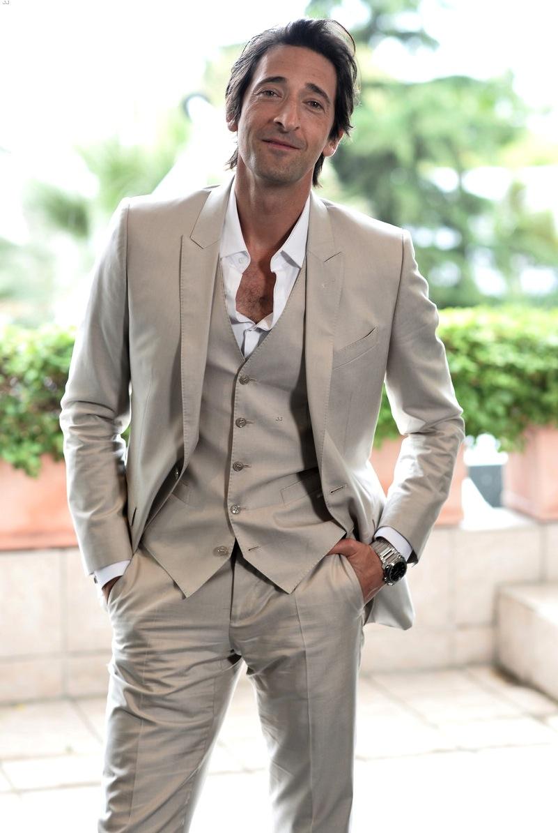 Longe dos holofotes há algum tempo, Adrien Brody segue sendo sempre uma boa referência de estilo. Com um terno de três peças, Adrien acertou ao deixar a gravata de lado e optar por um tom bastante adequado para um evento durante o dia.