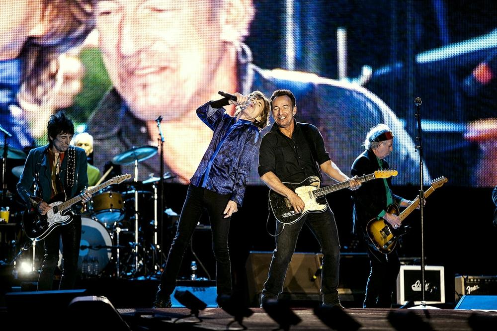 """Atração mais do que principal, Mick, Keith, Ronnie e Charlie receberam um também animado Bruce Springsteen para cantar """"Tumbling Dice"""". A habitual mistura de estampas, cores e brilhos deu o tom. Uma escolha controversa, mas em se tratando de Rolling Stones, ninguém se atreve a discordar."""