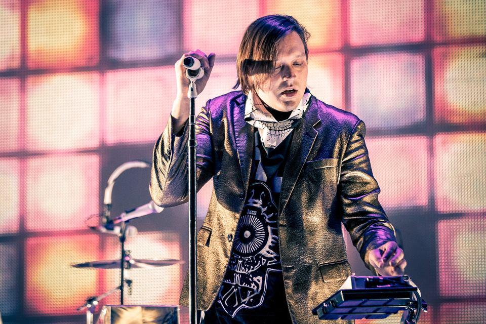 Seguindo na linha dos blazers com brilho, o Arcade Fire, uma das maiores bandas da atualidade, subiu no palco da Cidade do Rock trajando as tradicionais roupas estranhas, porém com toques de elegância nos detalhes.
