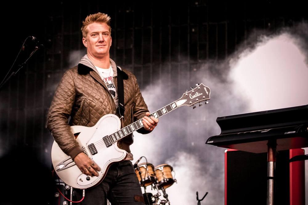 Josh Homme e seus comparsas de Queens of the Stone Age são um exemplo clássico de como fazer um show de rock pesado sem vestir preto dos pés à cabeça. Elegância para incendiar o palco.