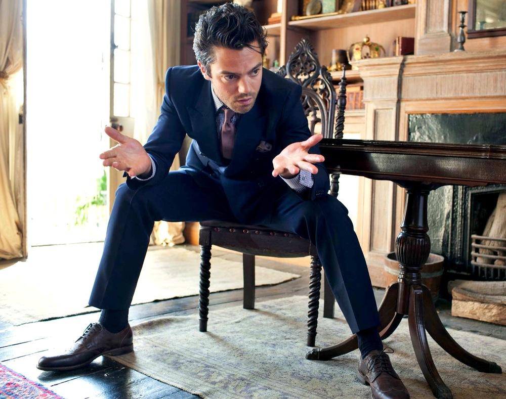 """Dominic Edward Cooper é mais um ator inglês que mais parece ter saído das pagínas de um catálogo de moda. Seus ternos e demais conjuntos são sempre um primor de caimento, combinando cores com sabedoria e acessórios com a parcimônia necessária. Aos 36 anos, Dominic, que já foi referência por aqui, começa a ganhar cada vez mais espaço no cinema internacional, tendo participado de produções recentes como """"Capitão America"""", """"Sete Dias com Marylin"""" e """"Need For Speed"""". Sorte nossa."""