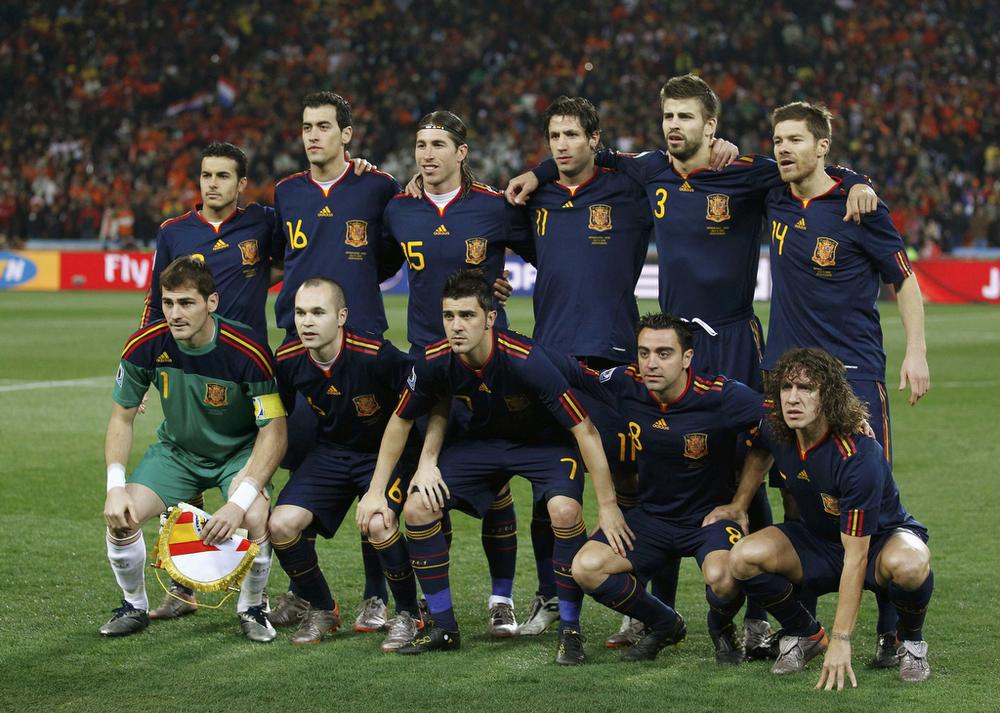 """Apelidada de """"La Furia"""", a Espanha venceu a Copa do Mundo de 2010 vestindo a sua tradicional camisa vermelha. Mas foi na final que ela mais se destacou pela elegância. Com um uniforme azul escuro, com detalhes em amarelo e vermelho, Casillas, Iniesta, Xavi e companhia foram campeões inéditos com muito estilo."""