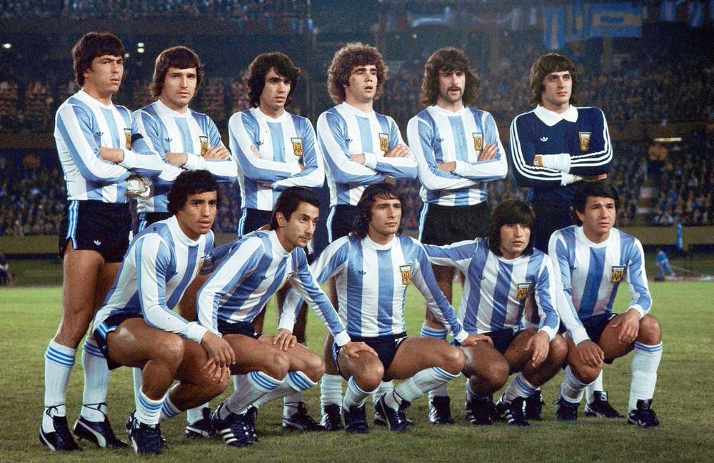 Uma das melhores safras argentinas da história montou um timaço que vestia uma das camisetas mais bonitas do futebol. O ano era 1978 e a Adidas era a patrocinadora, criando um modelo minimalista com detalhes nas mangas, golas e calções. Destaque também para o uniforme do goleiro Fillol.