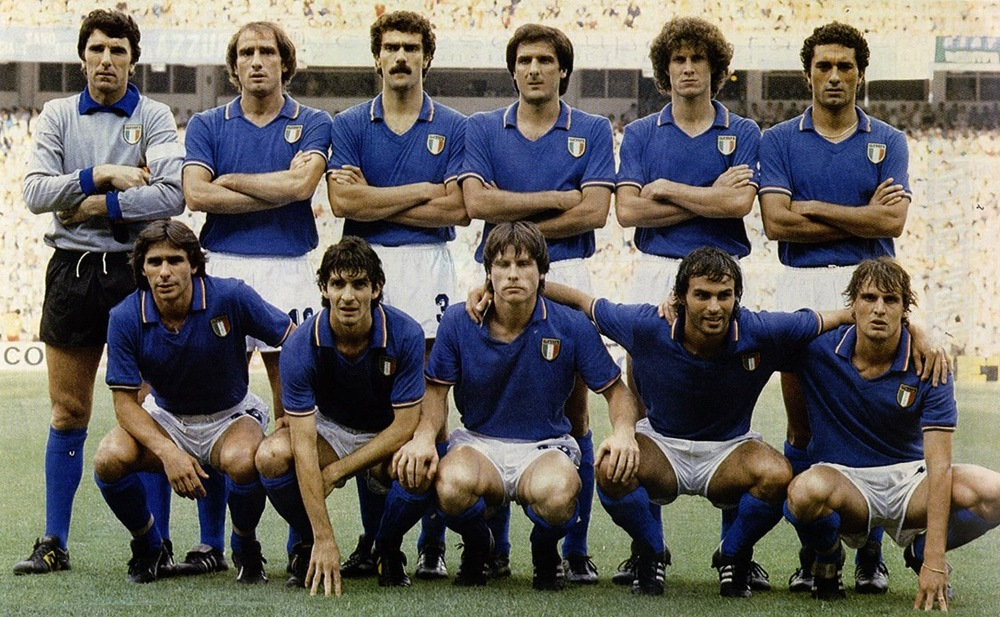 Carrascos de uma geração, a Itália de 1982 tirou o Brasil de Zico, Sócrates e Júnior vestindo a tradicional azurra . Azul, com discretos detalhes nas mangas e na gola polo. Um clássico de uma seleção histórica.