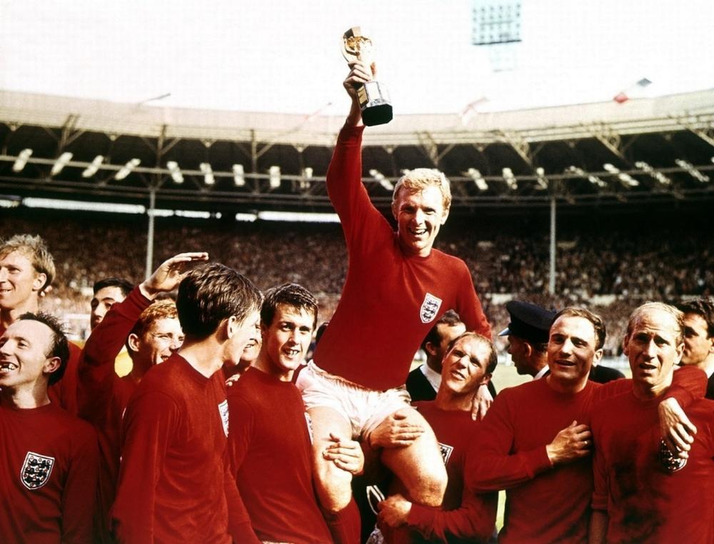 Provavelmente um dos uniformes vermelhos mais tradicionais da história. Wembley, 1966, palco onde a seleção da Inglaterra sagrou-se campeã pela primeira vez, colocando para sempre a camisa vermelha na história do país.