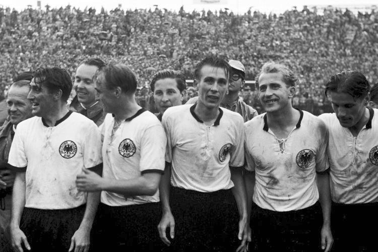 """Em 1954 a Hugria presenciou o famoso """"Milagre de Berna"""", no qual a Alemanha Ocidental se sagrou campeã com uma virada de 3 a 2 sobre o time da casa. Tudo isso vestindo um manto de muito respeito, com cordões na gola e detalhes discretos nas mangas e na gola."""