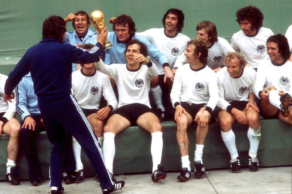 Em 1974, a Alemanha Ocidental foi responsável por parar a genial Laranja Mecânica - a Holanda de Cruyff e companhia. Vestindo uma camisa branca, com gola preta e detalhes nas mangas, Franz Beckenbauer ergueu a taça trajando um uniforme clássico e que nunca vai sair de moda.