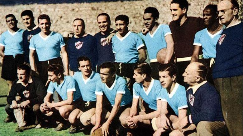 Responsáveis pela maior tragédia da história das Copas, o famoso Maracanaço, os uruguaios venceram a Copa de 1950 vestindo a sempre tradicional e elegante camisa celeste. Um uniforme que até hoje mete medo com muito estilo.
