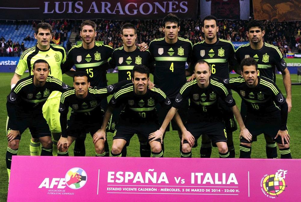 4 - Espanha. Se na Copa passada a Espanha se sagrou campeã vestindo uma camisa reserva azul escura de muito estilo, para esse ano o uniforme 2 também promete. Preto com detalhes em dourado no melhor estilo.