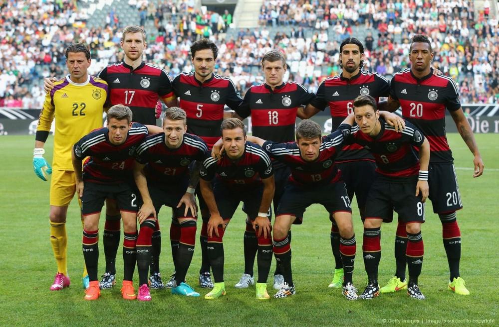 3 - Alemanha. Os alemães são craques em inovar no uniforme reserva. Já foi preto, vermelho e até verde. Para esse mundial, os comandados de Joachim Loew irão trajar um fardamento reserva cheio de estilo, em vermelho e preto.