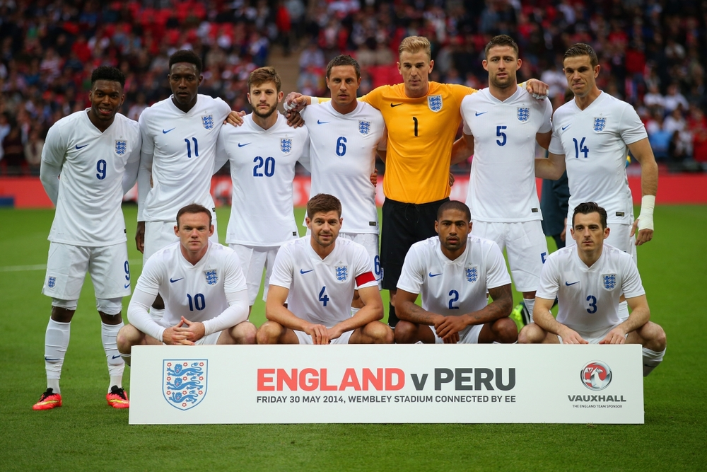 2 - Inglaterra.  Simplicidade e tradição andando lado a lado. Esse é o uniforme principal da Inglaterra, terra dos gentlemans. Todo branco, com apenas numeração em azul. Precisa mais?