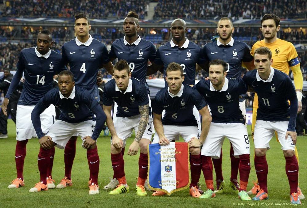 1 - França.  Essa Copa promete mesmo no quesito uniformes. Ainda mais com os modelos minimalistas. O selecionado francês vestirá uma camisa polo azul escura com gola branca. Honrando a tradição francesa de se vestir bem.
