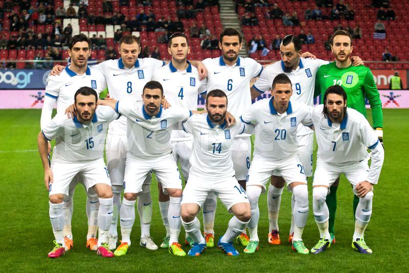 10 - Grécia.  Voltando aos tempos de camiseta com gola polo, a Grécia vai desfilar pelos gramados brasileiros com um modelo muito elegante. Simples, com pequenos detalhes na gola e nas mangas nas cores da bandeira nacional.