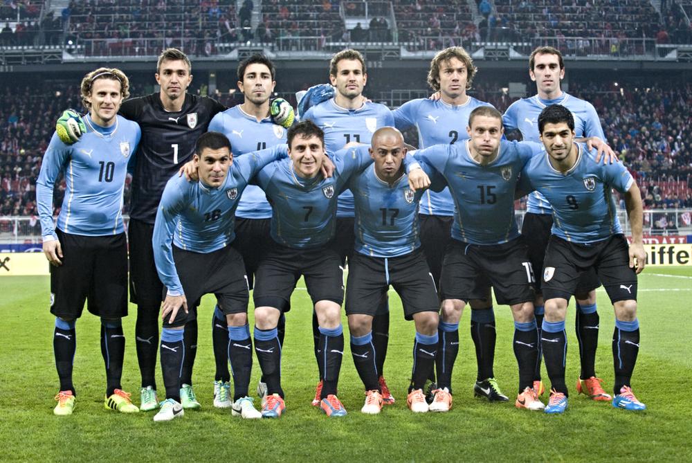 9 - Uruguai.  A tradicional celeste olímpica sempre merece destaque. Um pouco menos caprichada do que a versão de 2010, a camisa de 2014 vem com linhas horizontais e uma gola um tanto diferenciada.