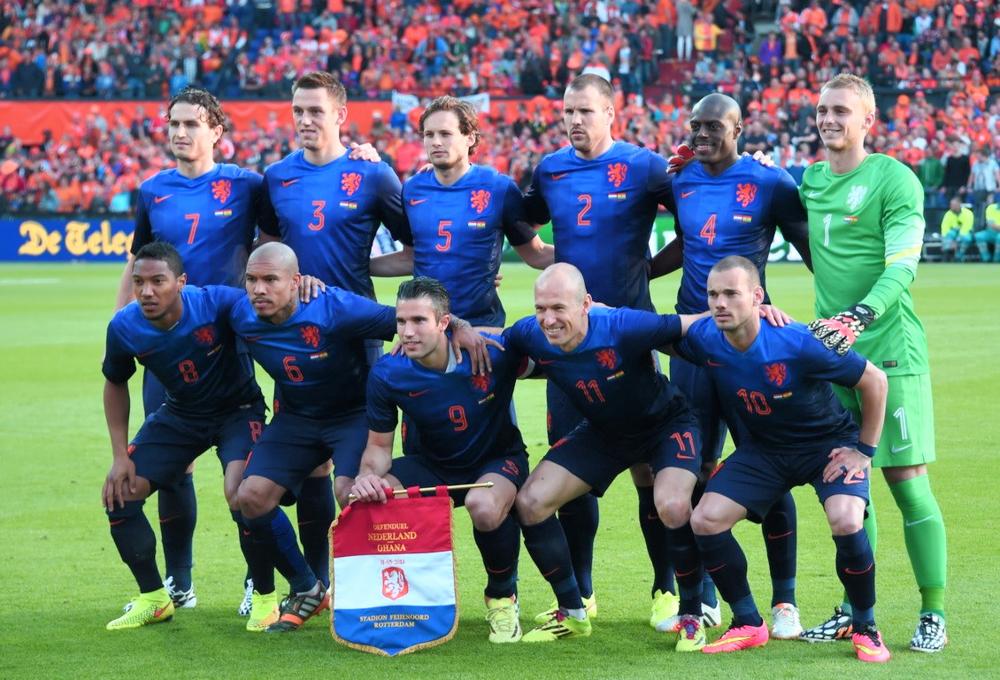 5 - Holanda  Se há anos a seleção holandesa encanta o mundo com o seu uniforme laranja, na Copa o uniforme reserva também vai fazer bonito. Também investindo no degradê, o selecionado vestirá um azul formado por grafismos geométricos bastante discretos.