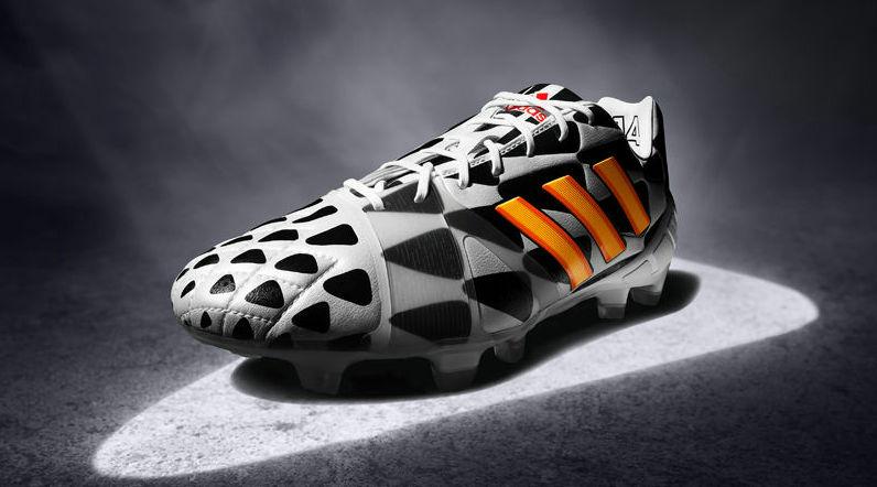 Adidas Nitrocharge Energy.  O modelo mais novo da marca. Também com a estampa preto e branca chamativa (até demais), vai calçar craques como Daniel Alves e Steven Gerrard.