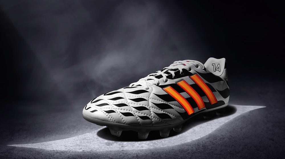 Adidas 11pro  O modelo mais conservador da Adidas. Conservador até novamente vermos a estampa padrão da marca para o mundial. Mais longa e de design clássico, esse modelo vestirá os alemães Toni Kroos e Philipp Lahm.