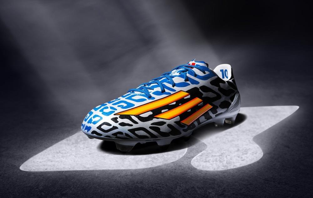 Adidas F5 Messi.  O modelo feito especialmente para o camisa 10 da Argentina, traz mais cor ainda para a estampa de 2014. Agora temos preto, branco e azul em uma estampa que simula as pintas de uma onça. As listras mais uma vez vêm na horizontal, como na F50 comum.