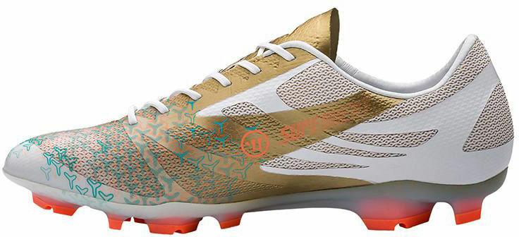 Warrior Superheat.  Pesando apenas 180g, a Superheat é uma das mais leves do mercado e vem para competir com os modelos F50, da Adidas e Mercurial, da Nike. Sua coloração dourada faz dela mais um dos inúmeros modelos chamativos a serem vistos na Copa do Mundo.