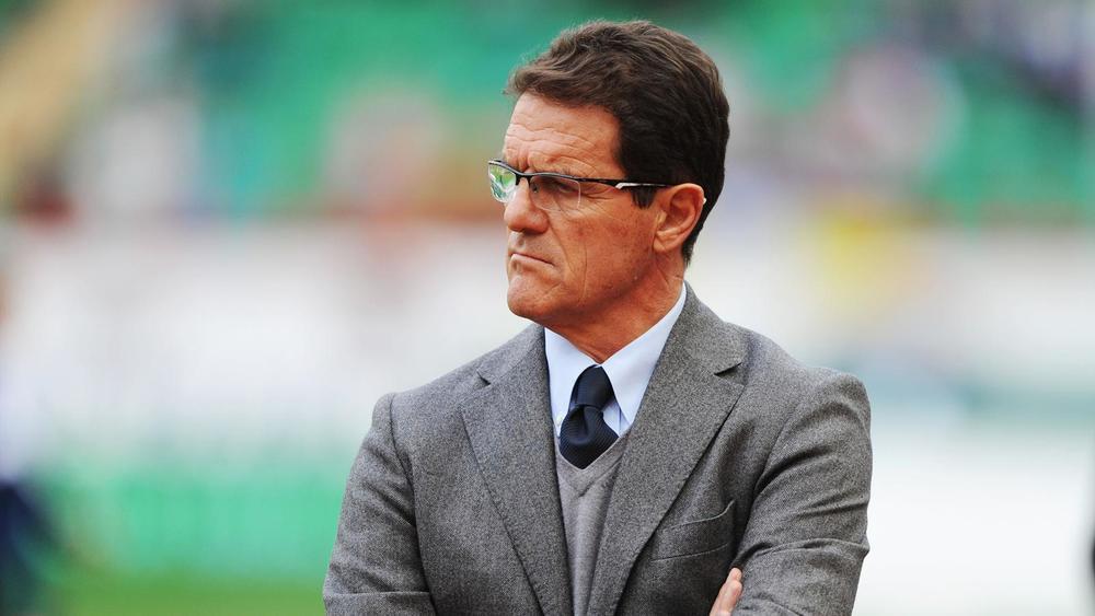 Fabio Capello - Rússia  Um italiano com passagem pela Inglaterra possui todas as credenciais para apresentar um belo figurino na beira do campo. Só falta caprichar mais no modelo do óculos.