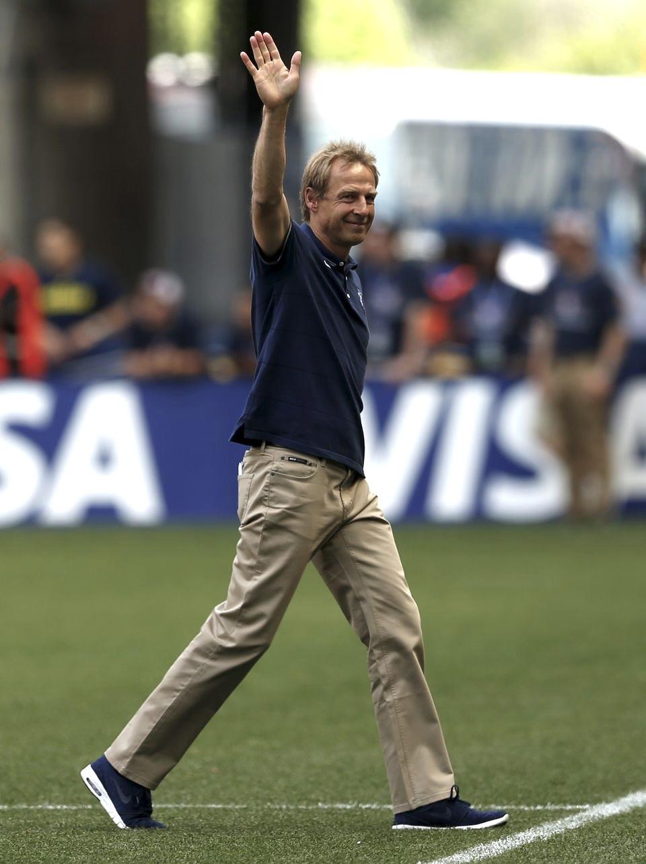 Jurgen Klinsmann - EUA  Assim como o seu compatriota Löw, Klinsmann também aposta na simplicidade para comandar o seu time. Um pouco mais esportivo, ele mostra que é possível vestir abrigo e uniforme com total elegância.