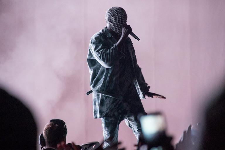 Kanye West é sim um dos cantores mais estilosos do momento. Acontece que muitas vezes ele inventa trajes como esse. Uma pena, já que trata-se de um verdadeiro ícone de estilo.