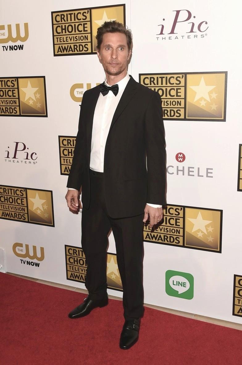 """Vencedor na categoria """"Melhor ator de série dramática"""" por seu papel em """"True Detective"""",Matthew McConaughey seguiu a linha de seus figurinos de premiações. Smoking discreto, alinhado e uma barba de uns dois dias no rosto."""