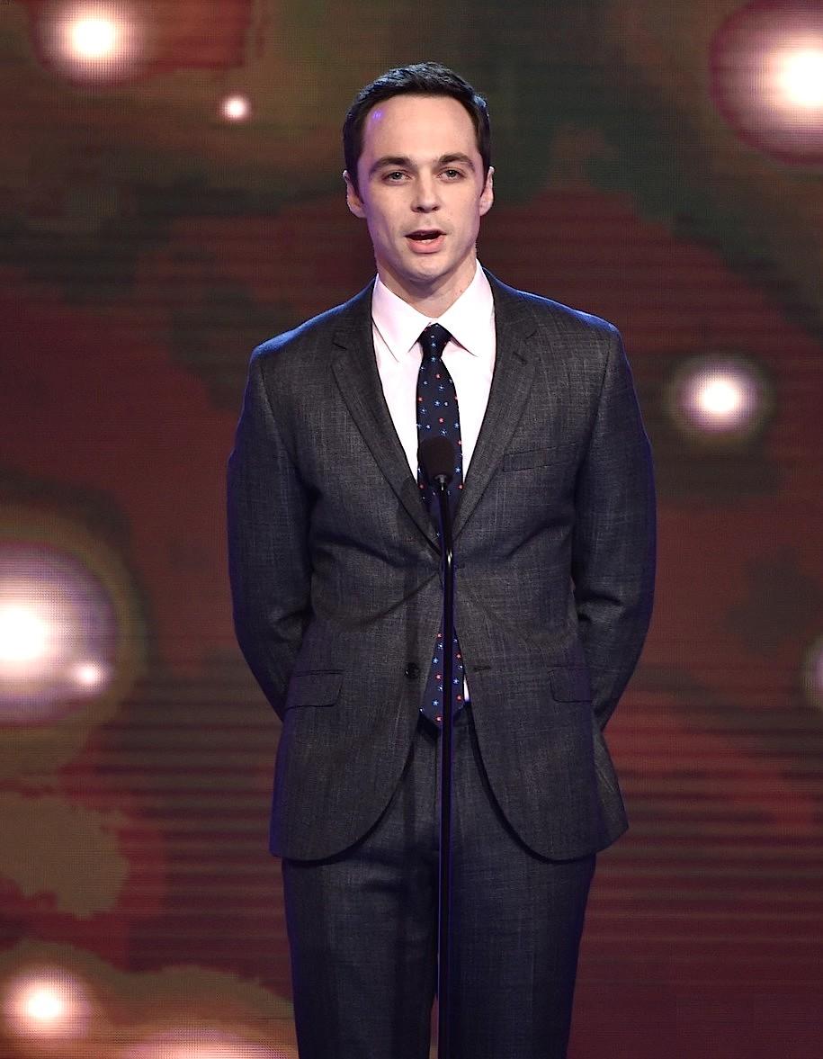 """Como já era previsto, Jim Parsons mais uma vez papou o troféu de """"Melhor ator em série de comédia"""" pelo papel de Sheldon em """"The Big Bang Theory"""". E mais uma vez, o se traje foi destaque. Estampa delicada e corte ideal no terno. Nada mais."""