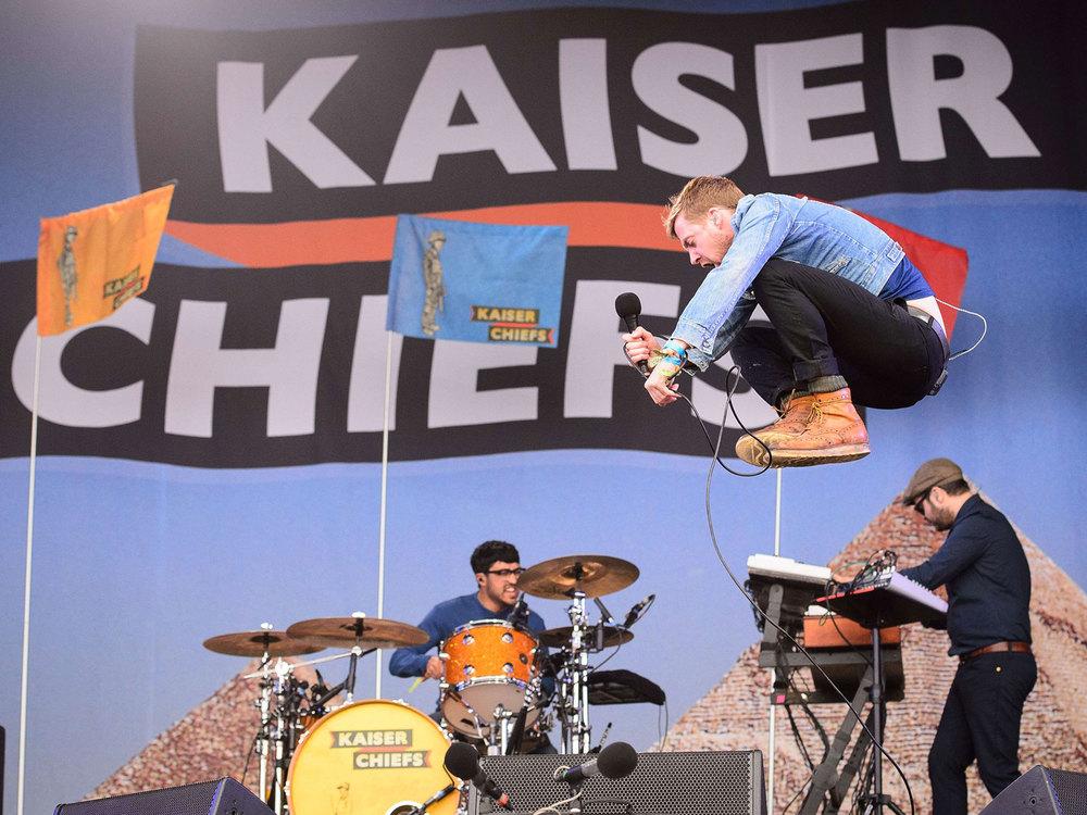 Responsáveis pela abertura de surpresa do Glastonbury 2014, Ricky Wilson e seus colegas de Kaiser Chiefs não estavam nem no line up, mas fizeram bonito. Merecendo o posto de uma das bandas mais elegantes e animadas da atualidade.