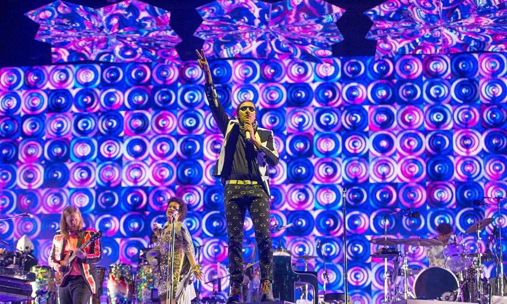 Considerada uma das bandas mais influentes da atualidade, os canadenses do Arcade Fire mais uma vez colocaram o figurino circense para se apresentar. Um certo exagero, temos que concordar, mas que combina perfeitamente com o som criativo e de qualidade que a turma tem tocado.