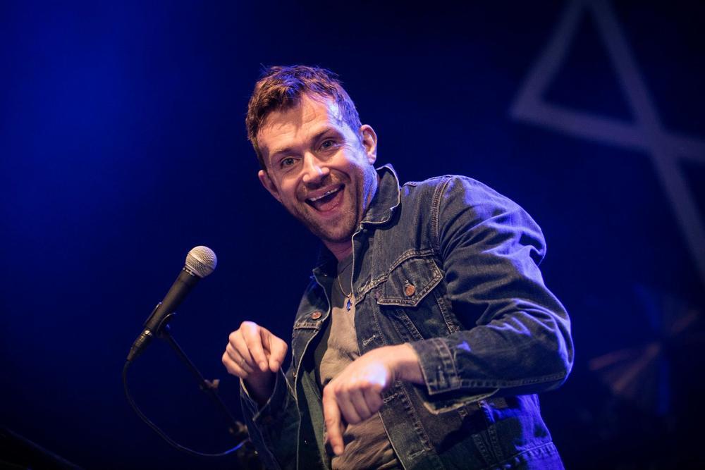 Acompanhado da sua inseparável jaqueta jeans, Damon Albarn foi mais um a fazer bonito na frente da platéia do Roskilde. Simplicidade, conforto e elegância juntos em cima do palco.