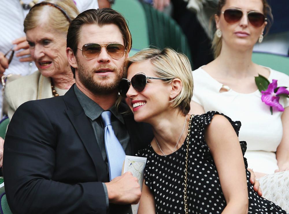 Chris Hemsworth (que pecou na gravata chamativa) e Elsa Pataky.