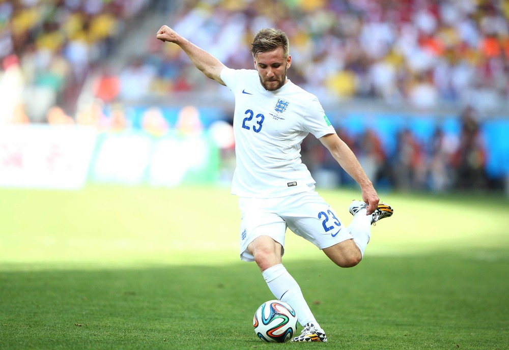 Luke Shaw - Inglaterra  Jovem promessa da lateral esquerda inglesa, Shaw participou de apenas uma partida pelo english team . Suficiente para desfilar com um corte de cabelo moderno e uma barba por fazer que servem de referência pra muita gente.