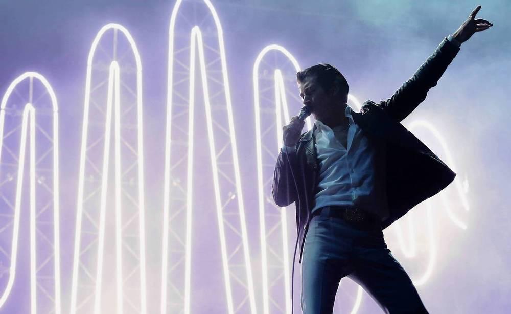 Uma das atrações mais aguardadas do evento, os Arctic Monkeys não decepcionaram. E não estamos falando só do som. O visual 'Charlie Harper' do vocalista Alex Turner esteve menos presente. Um fato a ser comemorado.