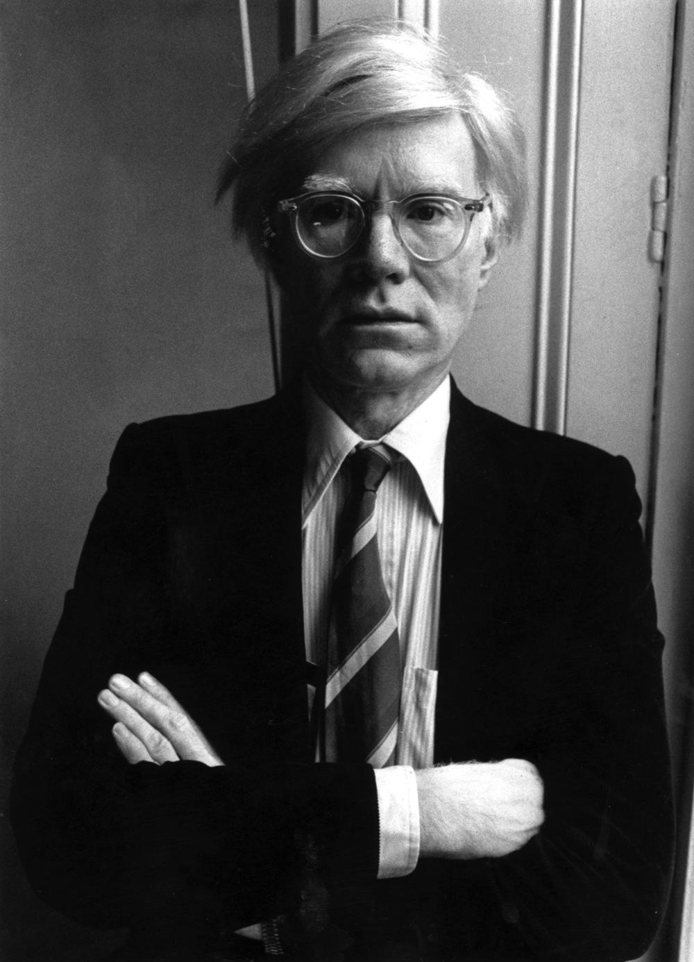 Provavelmente um dos mais importantes e influentes artistas do século 20, Andy Warhol completaria 86 anos no dia de hoje. E tão importante quanto a sua contribuição para a arte - através do movimento Pop - e para a música - com colaborações com artistas como Rolling Stones e Velvet Underground - Warhol também deixou um legado enorme para a moda. E não só pelo seu bom gosto impresso nas roupas que vestia, mas pela forma que influenciou o mercado através das mais criativas ideias que se refletiam nas mais variadas formas de arte. Um visionário que deixou a sua marca em tudo.