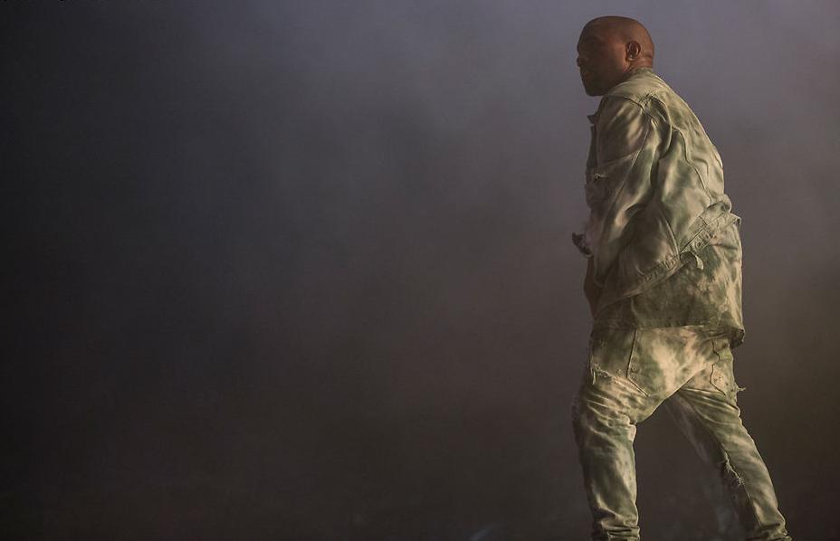 Kanye West já foi um dos músicos mais elegantes de todos. Hoje em dia, devido aos seus figurinos extravagantes, ele deixa saudade da época em que vestia ternos e trajes com enorme sabedoria.