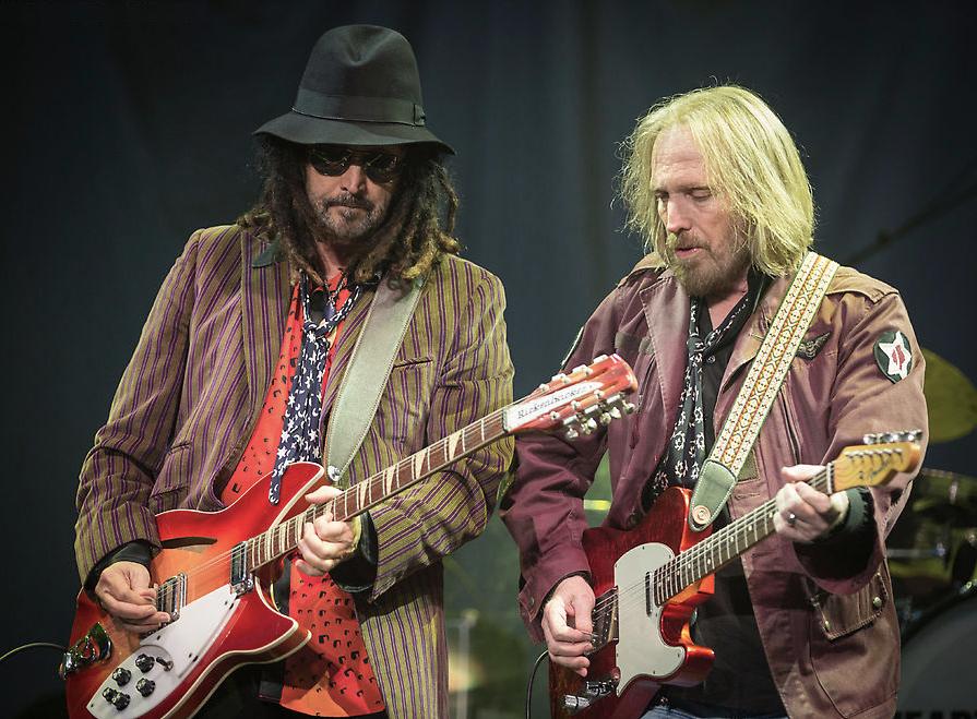 Considerado um dinossauro do rock, Tom Petty (direita) e seus comparsas do The Heartbreakers deixaram a desejar no quesito figurino. Muita informação = nenhuma informação. Por mais que a escolha do casaco militar tenha se mostrado acertada, o restante ficou bem abaixo.