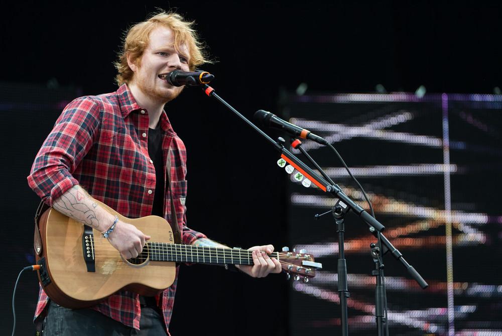 Adorado pela crítica e dono de uma enorme legião de fãs apaixonados(as), o jovem inglês Ed Sheeran se mostrou em casa. E não só por estar tocando na sua terra natal, mas também por apresentar um figurino discreto, confortável e elegante.