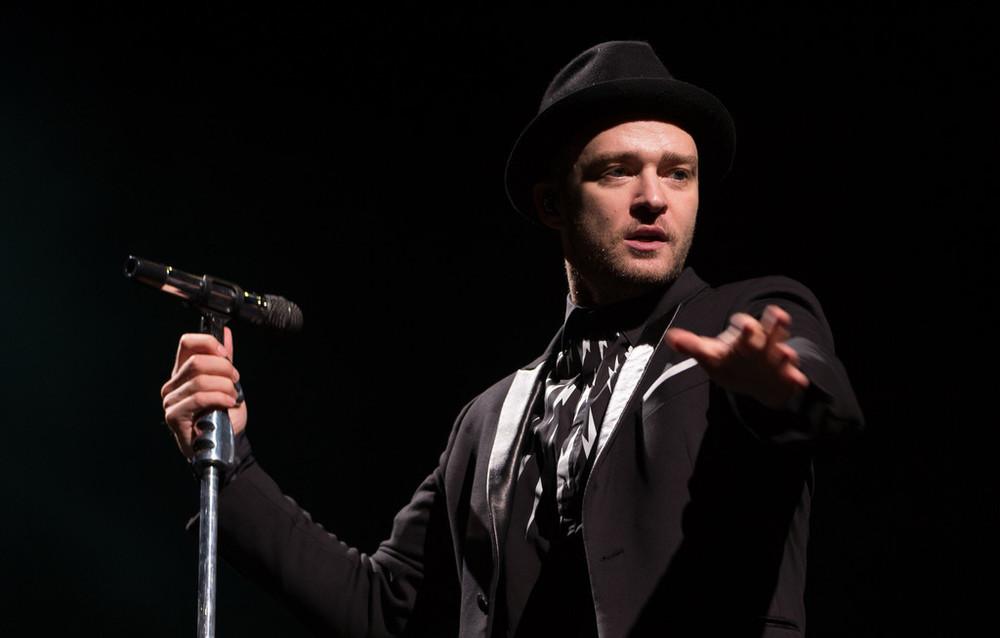 Sempre andando sobre a linha tênue entre a elegância e o exagero, Justin Timberlake acertou e errou no figurino para o evento. Acertou nas cores e na ausência de brilhos. O porém segue pelas escolhas equivocadas de estampas e acessórios desnecessários.